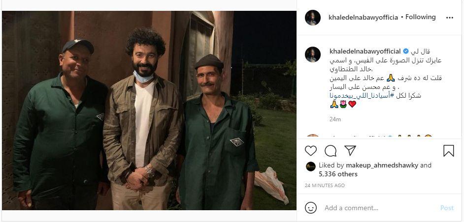 خالد النبوى ينشر صورة مع بعض العمال