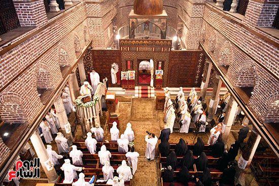 القساوسة والراهبات اثناء القداس
