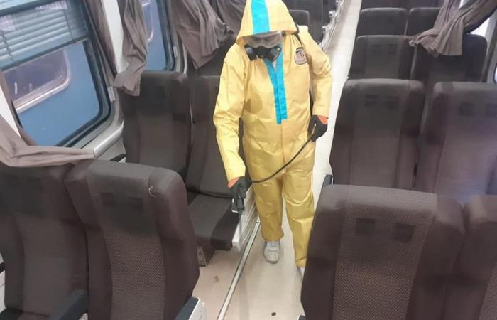 السكة الحديد تواصل أعمال تعقيم القطارات والمحطات لمواجهة فيروس كورونا .. صور