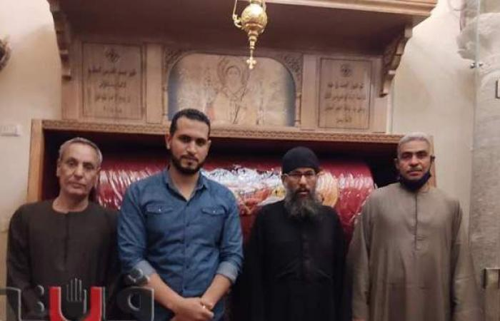 احتفالا بعيد القيامة.. مسلمو نقادة بقنا يهدون مجسم كنيسة لراعي دير القديسين | صور