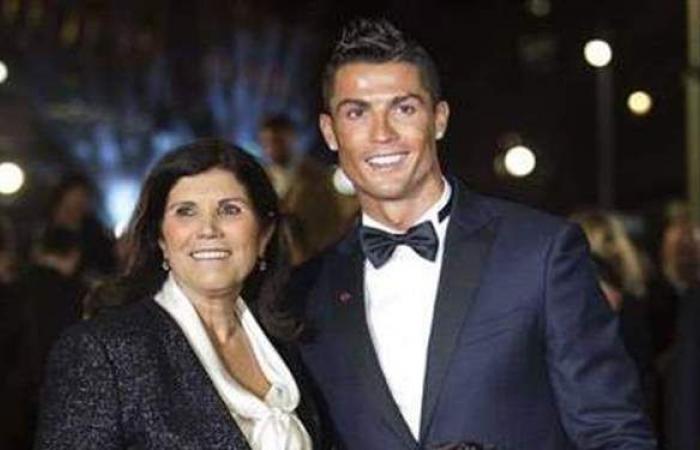 رغم رفضه.. والدة رونالدو تتدخل بقوة لانتقاله لهذا النادي