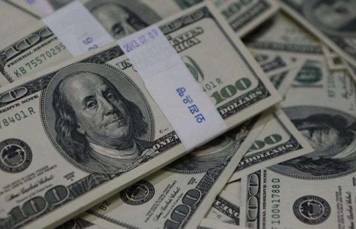الدولار يهبط والإسترليني يصعد إلى أعلى مستوى في 3 أعوام