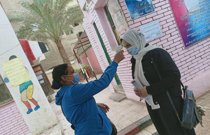 بالكمامة والمطهرات ..طلاب الإعدادية يبدأون امتحان اللغة العربية.. صور
