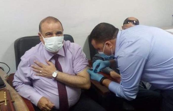 مدير تعليم مطروح يتلقى لقاح كورونا.. وفرق لتطعيم المعلمين بالمدارس | صور