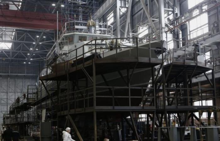 مصنع روسي ينزل أكبر سفينة إلى الماء... ما مهمتها؟