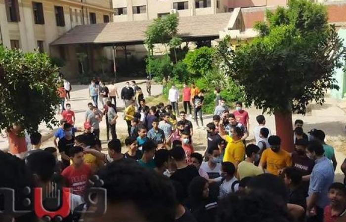 زحام أمام لجان امتحانات الشهادة الإعدادية بالشرقية