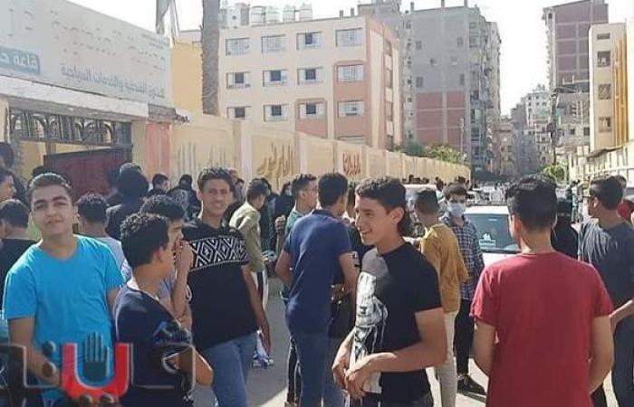بدون كمامات.. تزاحم وتكدس طلاب الشهادة الإعدادية أمام اللجان في المنصورة   صور