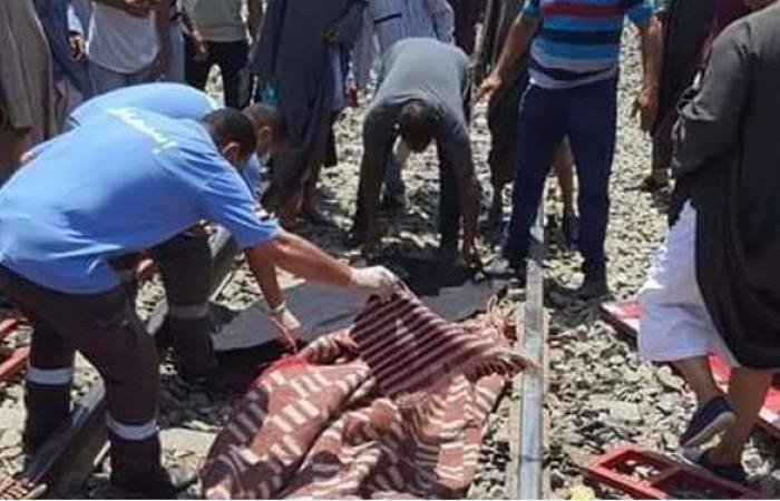 الصور الأولى لرفع جثة سائق السيارة في حادث قطار قنا   صور