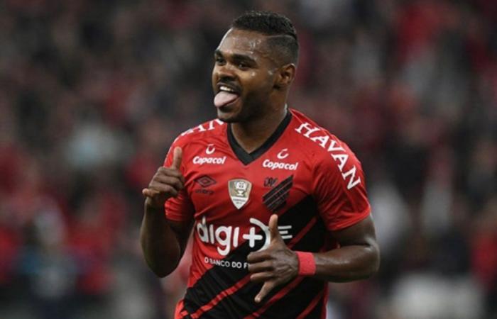 «الاتحاد» يسعى للتعاقد مع لاعب الوسط البرازيلي نيكاو
