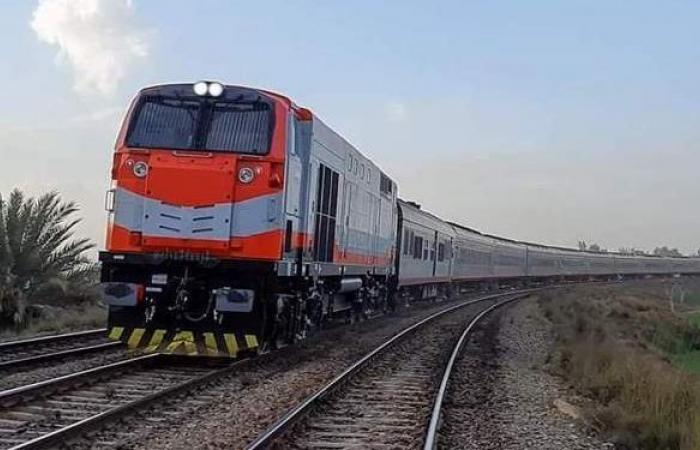 عودة حركة القطارات لطبيعتها بعد تصادم قطار بسيارة نقل في قنا | فيديو