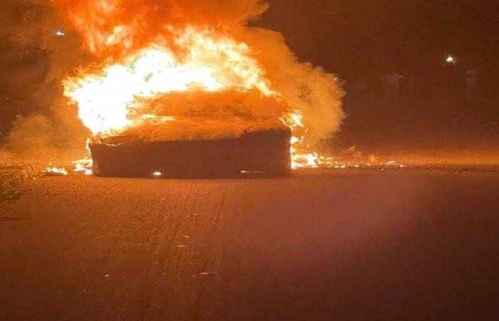 النار تحاصر قائد سيارة «تسلا».. و3 ساعات للسيطرة على الحريق