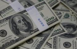الدولار يتراجع بفعل هبوط عوائد السندات الأميركية
