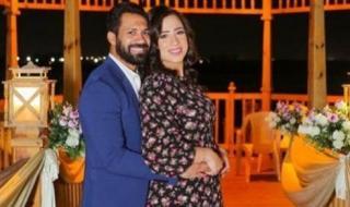 بصورة ورسالة.. حسني عبد ربه يحتفل بعيد الحب مع زوجته