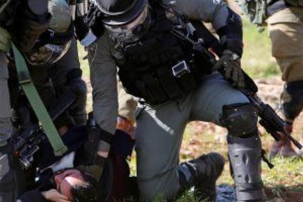 اعتقال 4 فلسطينيين بعد اعتداء جيش الاحتلال الإسرائيل والمستوطنين عليهم فى الخليل